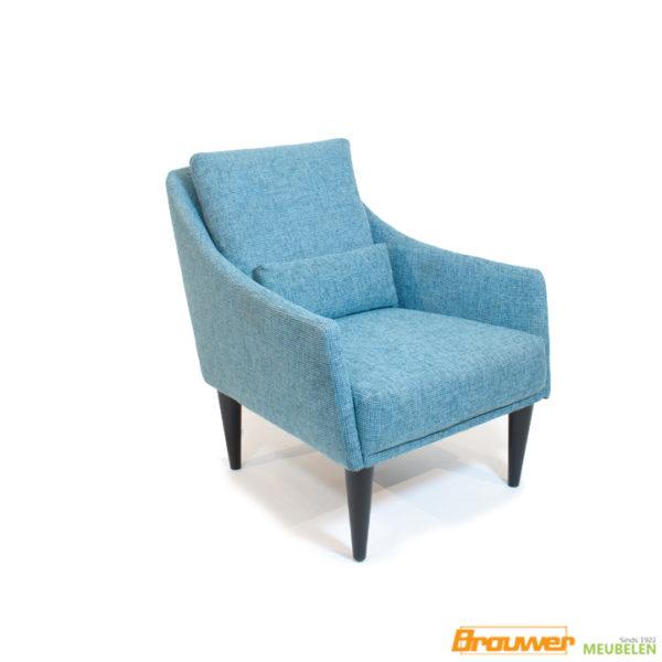 design-fauteuil-blauw-houten-poten