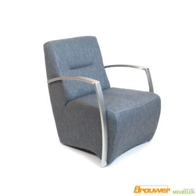 stoere fauteuil met metalen armleggers