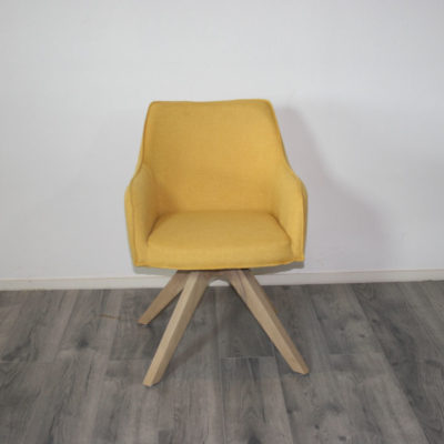 armstoel geel draaibaar houten poot