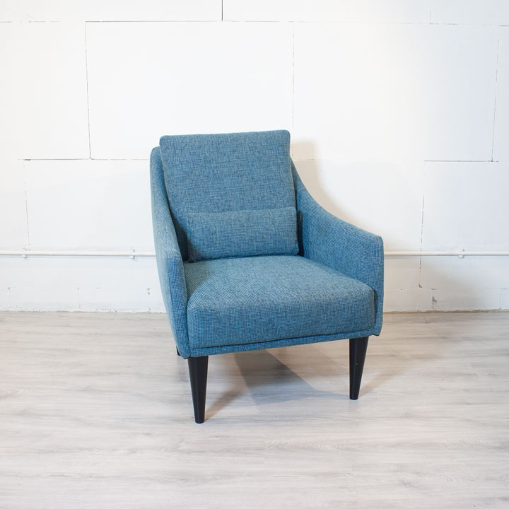 Design fauteuil blauw zwarte poten