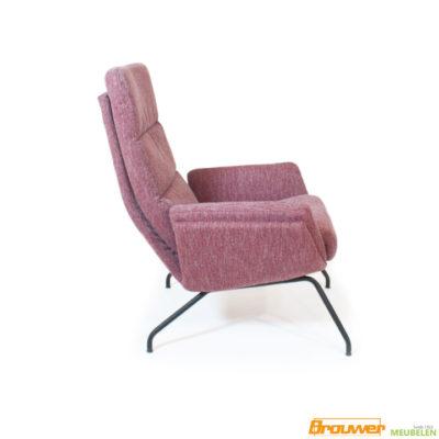 rode fauteuil met zwarte poot